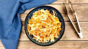 Coleslaw: Zelfgemaakte witte koolsalade met wortel, walnoten en appel