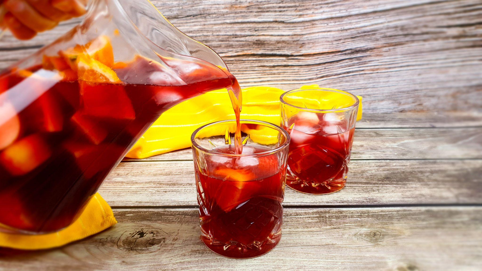 Zelfgemaakte rode sangria van rode wijn, spa fruit en cuarenta y tres