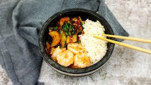 Koreaanse paksoi salade met garnalen en rijst