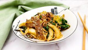 Noedels met biefstuk, paksoi, shiitake en hoisinsaus