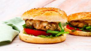 Italiaanse hamburger met zelfgemaakte pesto en mozzarella