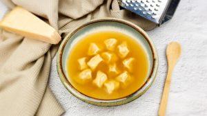 Tortellini al brodo: Tortellini gevuld met gehakt en mortadella in een kippenbouillon