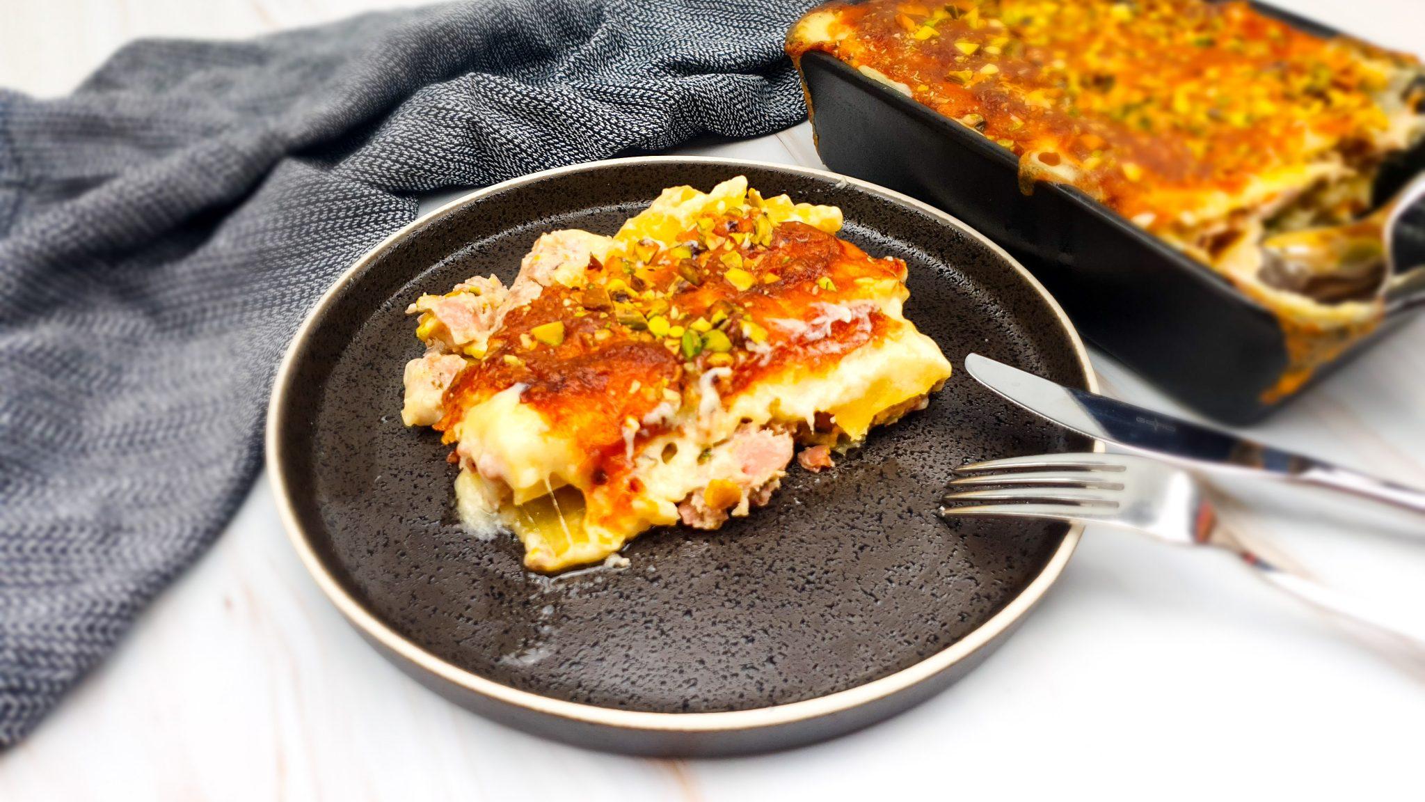 Canneloni met een vulling van gehakt, mortadella, pancetta en pistachenootjes