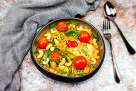 Rode curry met zalm, tomaatjes, courgette, peultjes en doperwtjes