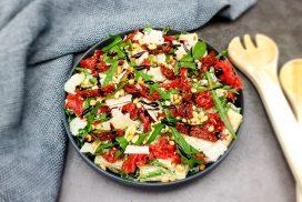 Carpaccio salade met truffelmayonaise en zongedroogde tomaatjes