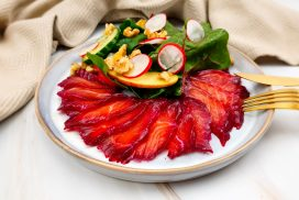 Gepekelde zalm met rode biet en snijbiet salade