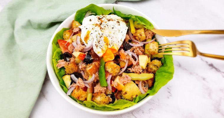 Salade niçoise met appel en een gepocheerd eitje