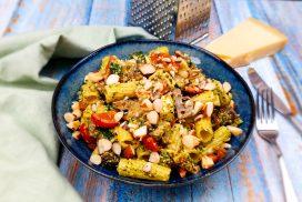 Pastasalade met halloumi, courgette, champignons, cherrytomaatjes, zelfgemaakte pesto en paranoten
