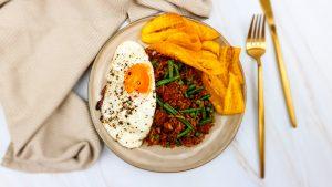 Surinaamse nasi met zoutvlees en bananenchips
