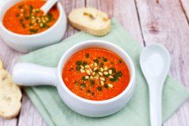 Zelfgemaakte tomatensoep van gegrilde tomaten