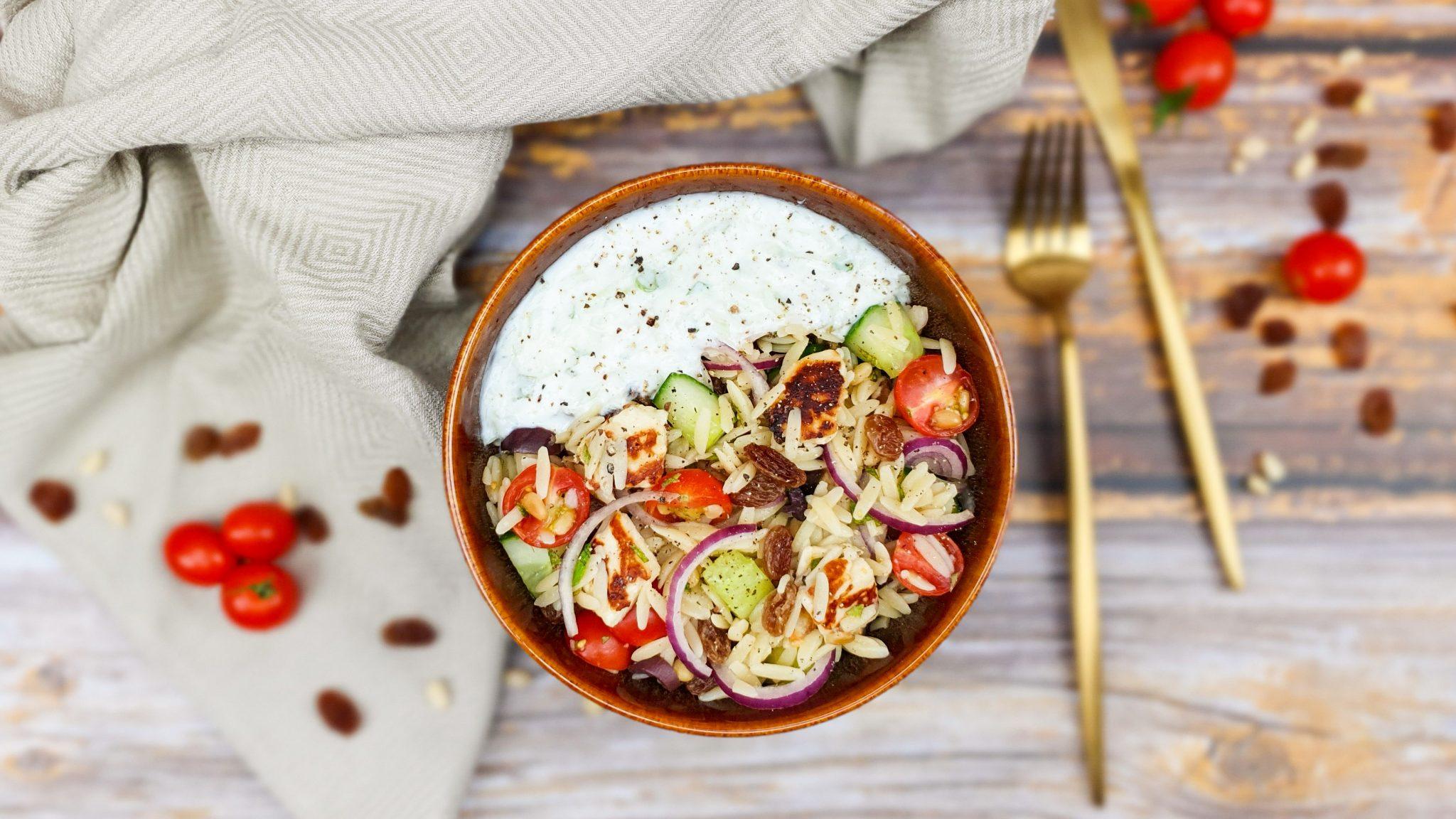 Griekse orzo salade met halloumi