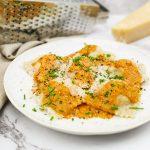 Ravioli met zalm en gamba's in een bisque saus
