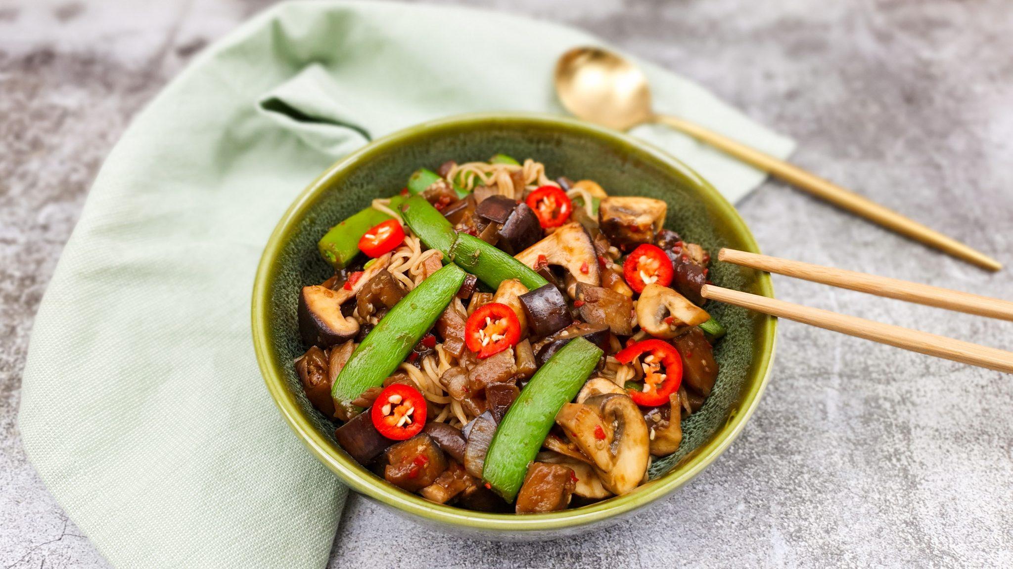 Aubergine wok met noedels en hoisinsaus