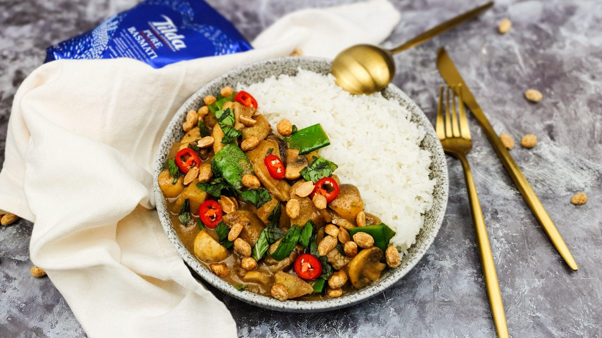 Vegetarische curry met gemengde paddenstoelen, peultjes en zoete aardappel