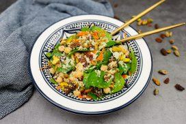 Marokkaanse salade met kikkererwten, rozijnen en pistachenootjes