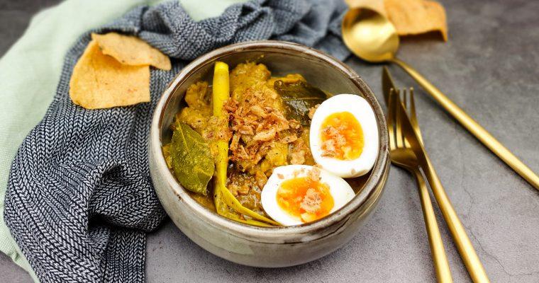 Opor Ayam: Gestoofde kip in gele kokossaus