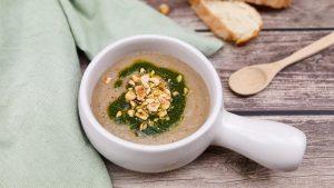 Pastinaak- champignonsoep met hazelnoten en basilicum olie