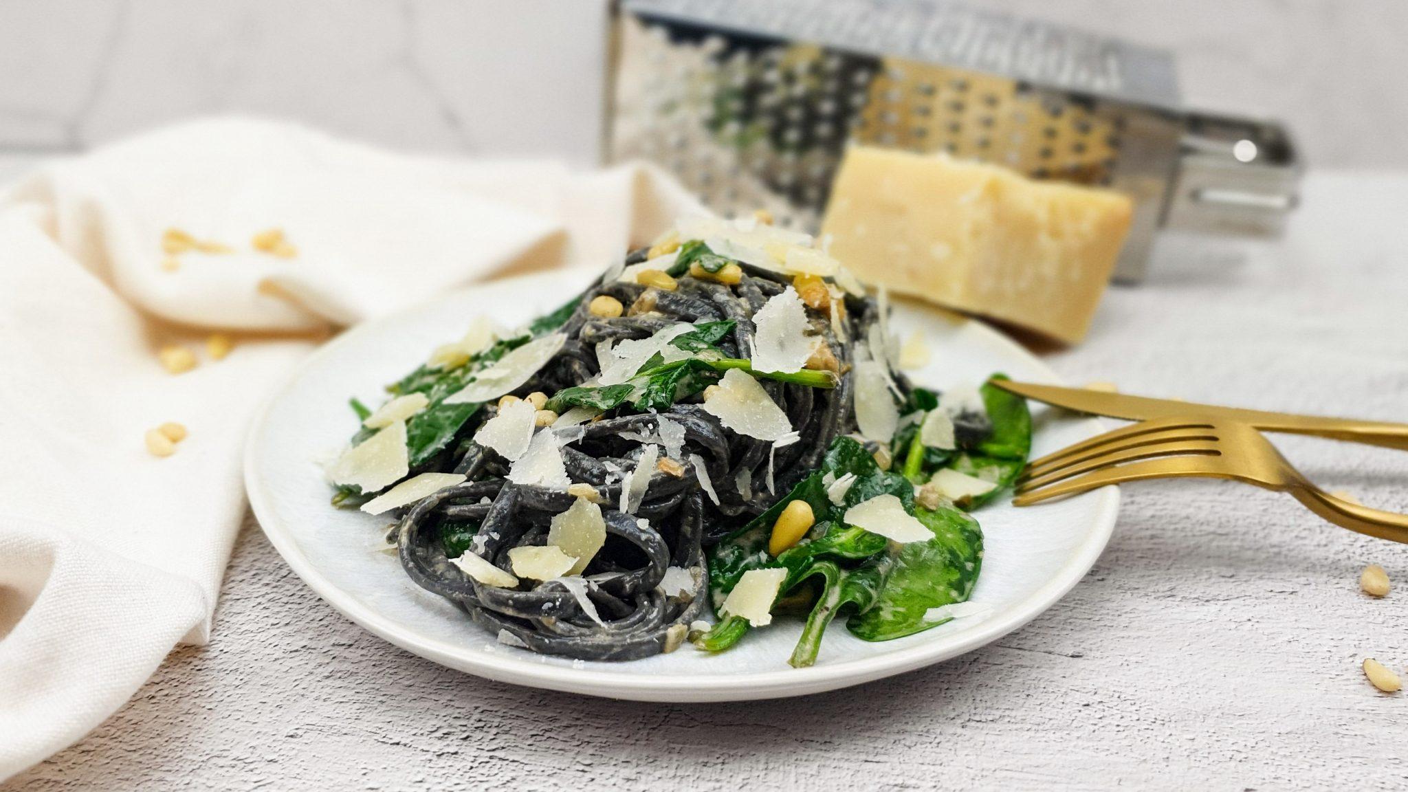 Zwarte pasta met truffelsaus en spinazie