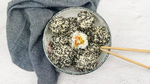 Sushi ballen met verse zalm, komkommer en avocado