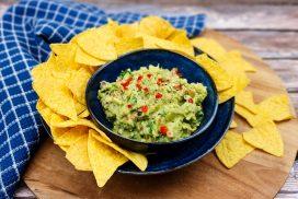 Guacamole: Zelfgemaakte guacamole met rode peper en koriander