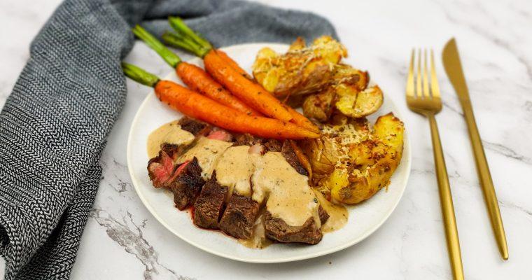 Ribeye steak met pepersaus en smashed potatoes