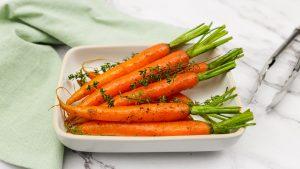 Gebakken wortels in roomboter