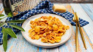 Orecchiette in romige tomatensaus met worstvlees