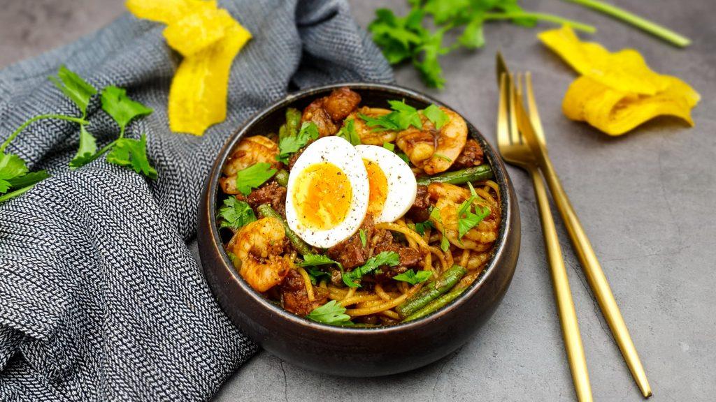 Surinaamse bami met gamba's, zoutvlees, kouseband en een gekookt eitje