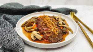 Hertenbiefstuk met portsaus, zoete aardappelpuree een paddenstoelen