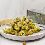Pasta met pistache pesto en spekjes
