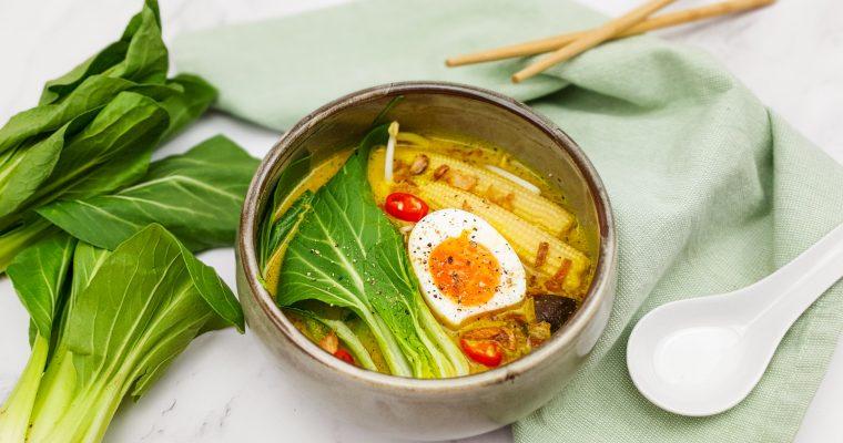 Gele currysoep met noedels en een gekookt eitje
