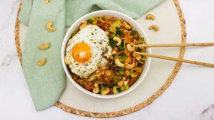 Noedels met kip, bok choy en een gebakken eitje