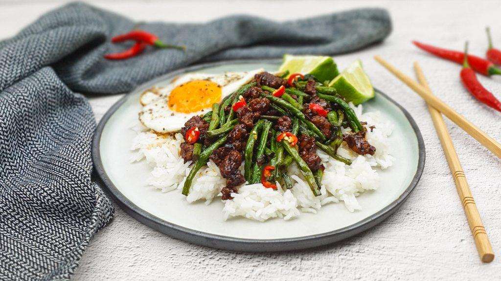 Pad krapow: Thais kipgehakt met kouseband en Thais basilicum