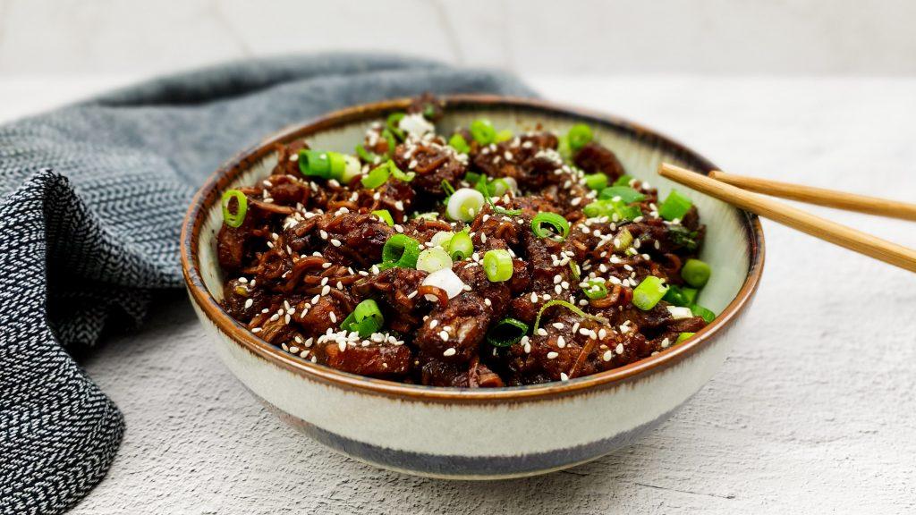 Koreaanse noedels met zwarte bonenpasta en gefrituurd buikspek