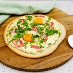 Brunch pizza met ei en spek