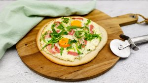 Brunch pizza met kaas, spek en ei