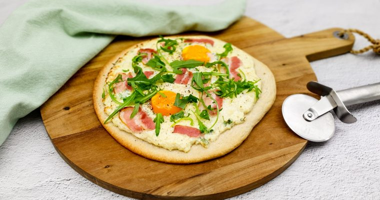Brunch pizza met ei en spek