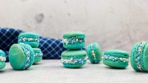 Baby macarons met blauwe muisjes