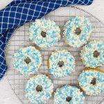 Zelfgemaakte donuts met blauwe muisjes