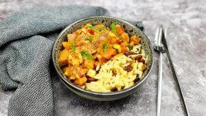 Orzo bowl met halloumi en groenten in tomatensaus