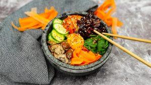 Koreaanse bibimbap met gefrituurde kip en gefermenteerde bonensaus