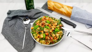 Bruschetta pastasalade met croutons van stokbrood