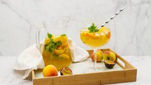 Witte sangria met perzik en passievrucht