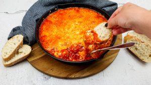 Kipgehaktballetjes in een rode paprikasaus met lekker veel kaas