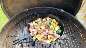 Courgette met halloumi en rode uien van de barbecue