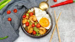 Nasi goreng met gamba's, sugarsnaps en een gebakken eitje