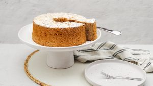 Luchtige spekkoek chiffon cake met kaneelsuiker