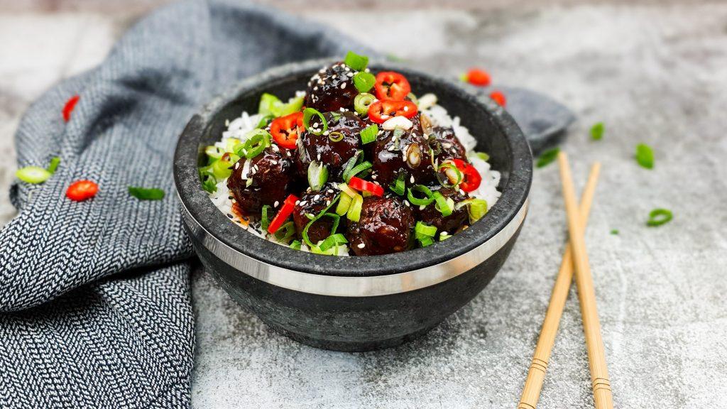 Koreaanse gehaktballetjes in zoete sticky saus