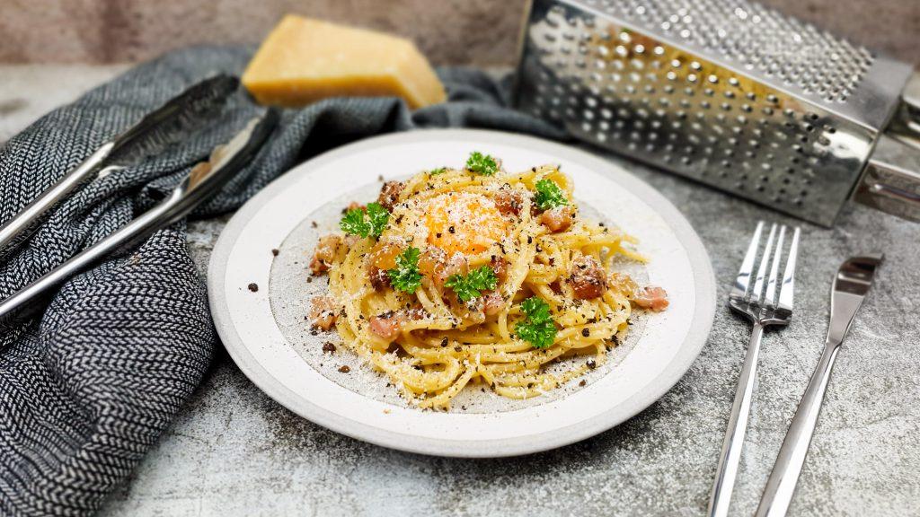Pasta carbonara met een rauwe eidooier