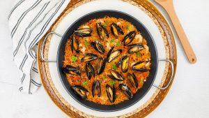 Spaanse fideua met Rueda wijn (Spaanse paella van noodles) met mosselen